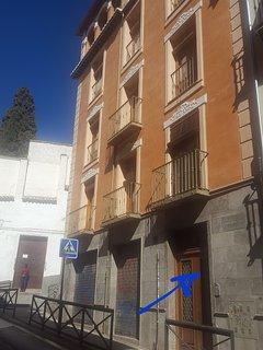 Edificio y Portal, al que se llega en coche. Calle tranquila