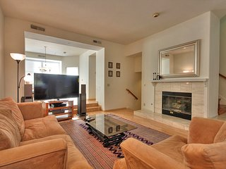 Beautiful Quiet Executive Townhome Next to High-Tech Companies and Walking Trail