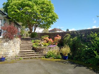 Stunning 6BR Garden Villa [Sleeps upto 20] - Lovely Area [Glasgow & Loch Lomond]