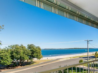 VIEWS VIEWS VIEWS! Front Top Floor Waterfront Unit - Chnook Apartments South Esp