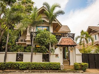 The Luxurious Thai villa in Downtown Pattaya by HVT