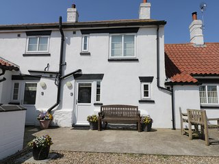 NORTHVIEW, pet-friendly, off road parking, short walk to beach, Skipsea, Ref