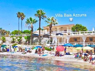 Mare di fronte Villa Baia Azzurra: basta attraversare la strada e sarete comodamente in spiaggia!