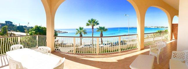 Ampia veranda coperta con vista paradisiaca sul mare, fornita di un comodo salottino per esterni