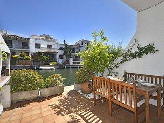 Casa pesquera adosada de 3 habitaciones con terrazas y vistas al canal.
