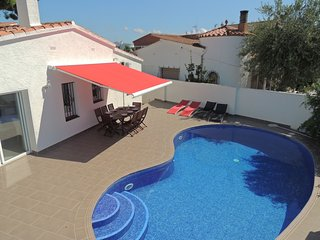 Bonita casa de 3 dormitorios con piscina privada en el centro.