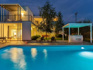 5-star 'SMRIKVE LOUNGE' Villa (pool, jacuzzi, sauna, table tennis,tennis courts)