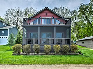 Waterfront Lake Koshkonong Home w/Pier & Fire Pit!