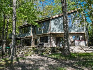 Gently sloping lake front, private dock & scenic views