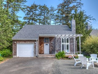 CASTAWAY CABIN~ Beautiful, bright cottage just 2 blocks to the beach.