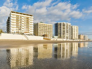 NEW LISTING! Oceanfront condo w/balcony, shared hot tub/pool & beach access