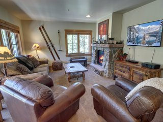 Expedition Station 8603 FREE WIFI sleeps 7, Walk to slopes, Fireplace, HOT TUB &