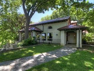 Charming 3 bedroom, 4 bath luxury lodge in the heart of the beautiful Texas Hill