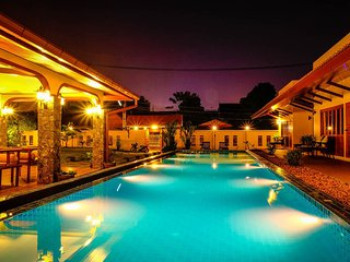 ⭐Marigold Resort 8BR w/ Large Pool & Garden