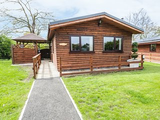 THE RED, single-storey, detached, hot tub, en-suite, woodburner, parking, deckin