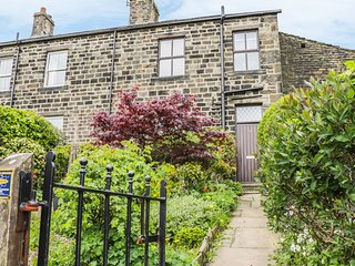 DAFFODIL COTTAGE, stone built, woodburning stove, near Keighley, Ref 975686
