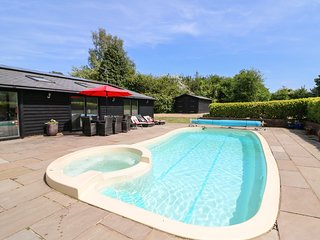 RUSHMORE LODGE, luxury cottage with swimming pool, sauna, steam room, pool table