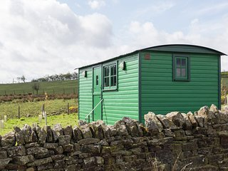 PEAT GATE SHEPHERD'S HUT, quirky holiday base with woodburner, WiFi, king-size