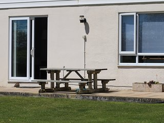 6 BRIGHTLANDS, ground floor apartment, WiFi, parking, close to the beach, Bude,
