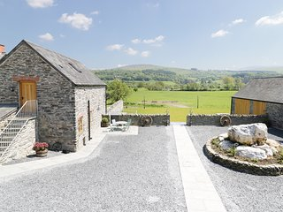 THE GRANARY, barn conversion, countryside views, open-plan, Ref 943271