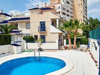 Casa de 3 dormitorios a 150m. del mar. Piscina Comunitaria.