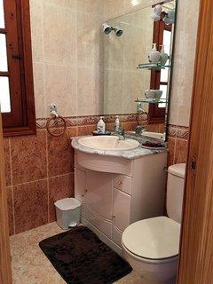 Stort badrum med badkar