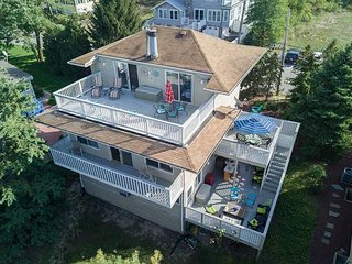 Vacation ON the beach 3 outdoor decks, private parking and all 4kUHD TV's