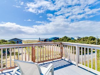 Oceanside home steps from sand - Spectacular view from the deck