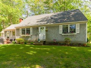 Quaint, spacious home w/enclosed porch - near coast, dining, & golfing