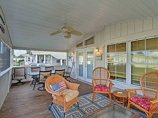 Surfside Beach House w/ Porch - 10 Min. to Coast!