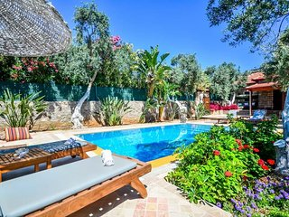 Bitez Villa Sleeps 4 with Pool Air Con and WiFi - 5669632