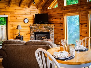 Classic Cabin - hot tub honeymoon at Golden Anchor Cabins