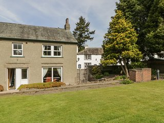 STABLE COTTAGE, spacious, private patio, peaceful location, in Pooley Bridge, re