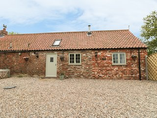 PRIMROSE COTTAGE, open-plan living, hot tub, countryside views, Ref 962738