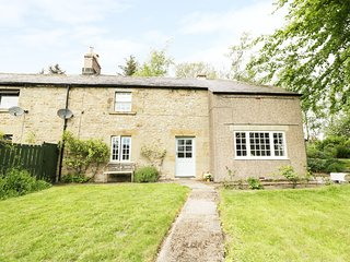 2 REDESWOOD COTTAGES, exposed wooden beams, pet-friendly, WiFi, Ref 965825