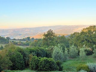 Charming Tuscan hideaway, lovely garden, amazing views and sunsets, free wifi