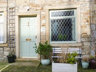 WOODMAN COTTAGE town centre, woodburning stove, romantic retreat in Skipton Ref