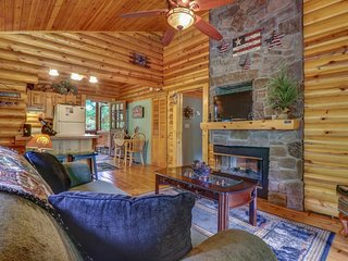 NEW LISTING! Peaceful woodland cabin w/convenient location, hot tub & free WiFi