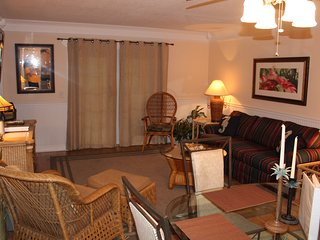 Luxury First Floor Condo - walk to beach & restaurants - Great Fall Rates