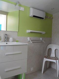 salle d'eau, chauffage et étendoir intérieur.