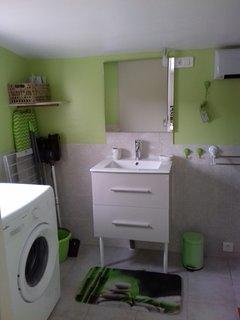 salle d'eau avec chauffage et fenêtre double vitrage et moustiquaire
