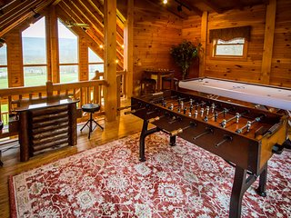 Majestic Cabin - hot tub honeymoon at Golden Anchor Cabins