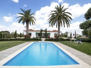 Ideal for large groups and families, between Seville and Malaga. Up to 18 pers.