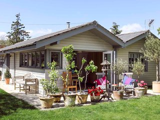 Smart stylish, forest-side cottage, 1km beach, v good foodie places near.