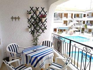 Amplia terraza mirando a las piscinas y puerto.
