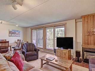 Ski-in condo located close to downtown, hot tubs, mountain views!