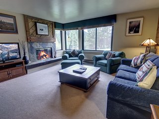 Mall 1413, walk to lake, Shuttle to slopes, King bed, Lodge and Spa pool access