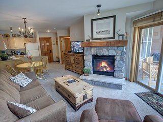 Walk to the Gondola! Buffalo Lodge 8383  shared heated pool/ hot tub and pool ta