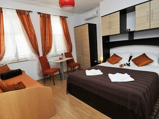 Bedroom in the center of Dubrovnik with Internet, Air conditioning (989989)