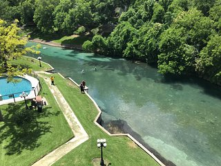 Comal River Retreat-2BR/2BTH Walk to Schlitterbahn